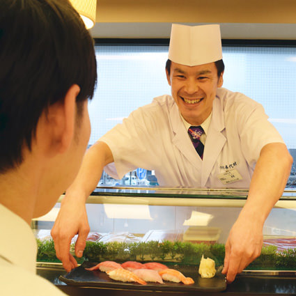 職人が目の前で握った握りたてのお寿司をどうぞ!