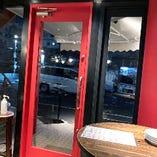 赤いドアが目印です