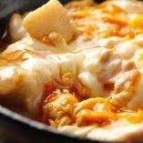 ふわとろの食感と鶏の旨味にタレが絡む黄金の親子丼