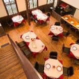 【メインホール】最大30名様までご利用いただけるオープンなテーブル席
