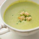 コースのスープは季節ごとにシェフのおすすめを提供