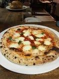 400度の石窯で焼くナポリピッツァ! 生地は独自の配合で味のある、とにかく旨いもっちりとした生地に濃厚なトマトソースが特徴です。 モッツァレラチーズはイタリアナポリのトップブランドのポンティコルボ社のチーズを使用。 ランチでは1000円でドリンク付き♪