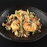 【大エビのカリカリガーリック炒め】店主が中華料理の中で一番好きな料理です。カリッと揚げた季節野菜と大エビを、もう一度炒めて完成する手の込んだ料理。エビのプリッと感と、衣のさっくっと感をお楽しみ下さい。