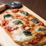 定番ピザを炭火で焼上げました。外はサクサク中はモチモチの食感