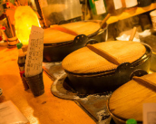 名物の煮込みとおでんは、カウンター前の大鍋から目の前で盛付します。