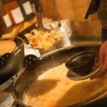 名物煮込はカウンター前の大鍋から御提供。
