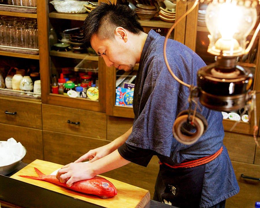 その日届いた鮮魚を手際よく捌く店主!! お造りは必食の逸品です