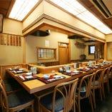高知檜の一枚板で作られたカウンター 江戸の粋が感じられます。