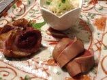 充実した一品料理の数々。焼鳥の前に日本酒で愉しむのもまた良し