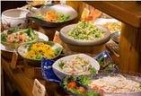 お客様により美味しく身体にやさしいお料理を食べていただきたいという思いから、伊賀の里の自社農場や、契約農家さんから届く新鮮なお野菜を使用したお食事をご提供しております。季節の素材に合わせて栄養のバランスを考えた色鮮やかなサラダをぜひお楽しみください。