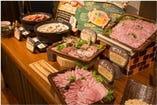 ビュッフェ台にはモクモクのハム・ソーセージをはじめ、パン・とうふ・ジェラートなど自慢の製品が並びます。モクモクハム工房の職人がドイツの伝統的な製法にもとづいた、手づくりのこだわりハム・ウィンナーは特におすすめ!豚肉は三重県産を使い、肉本来の味が感じられる一品です。