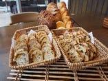 モクモク小麦工房より届いた、どっしりもっちりパン!試行錯誤を繰り返し、国産小麦でつくるモクモクのパンは、どっしりもっちりとした食感が特徴です。 軽くトーストしたり、具材をはさんでサンドイッチしたり色んなおいしさが広がる一品です。