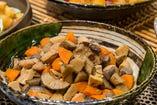 鶏肉とたっぷりのごろごろお野菜に、やさしいおだしのしみこんだ筑前煮