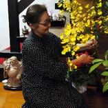 常に気配りを心がける女将さんが店内に飾った見事な活け花も必見