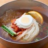 自家製麺を使った冷麺【大阪府】