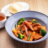 グリーン野菜と渡り蟹のトマトクリームパッケリ