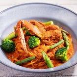 グリーン野菜と渡り蟹のトマトクリームパスタ