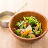 苺・彩り野菜フリルレタスのサラダ 温かいチーズソース