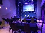 椅子を全てステージ向きにしたテーブスセット。総会~懇親会などに人気です。