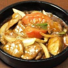 牛肉とトマトのチーズ鉄鍋炒め
