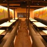 圧巻の壁面版画!最大42名様までの掘りごたつ席です。