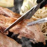 鉄板釜の蓋で焼くサムギョプサルは 肉の旨味が凝縮されて◎