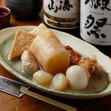 鶏ガラを強火で煮込んだ濃厚な鶏白湯スープで作る自家製おでん