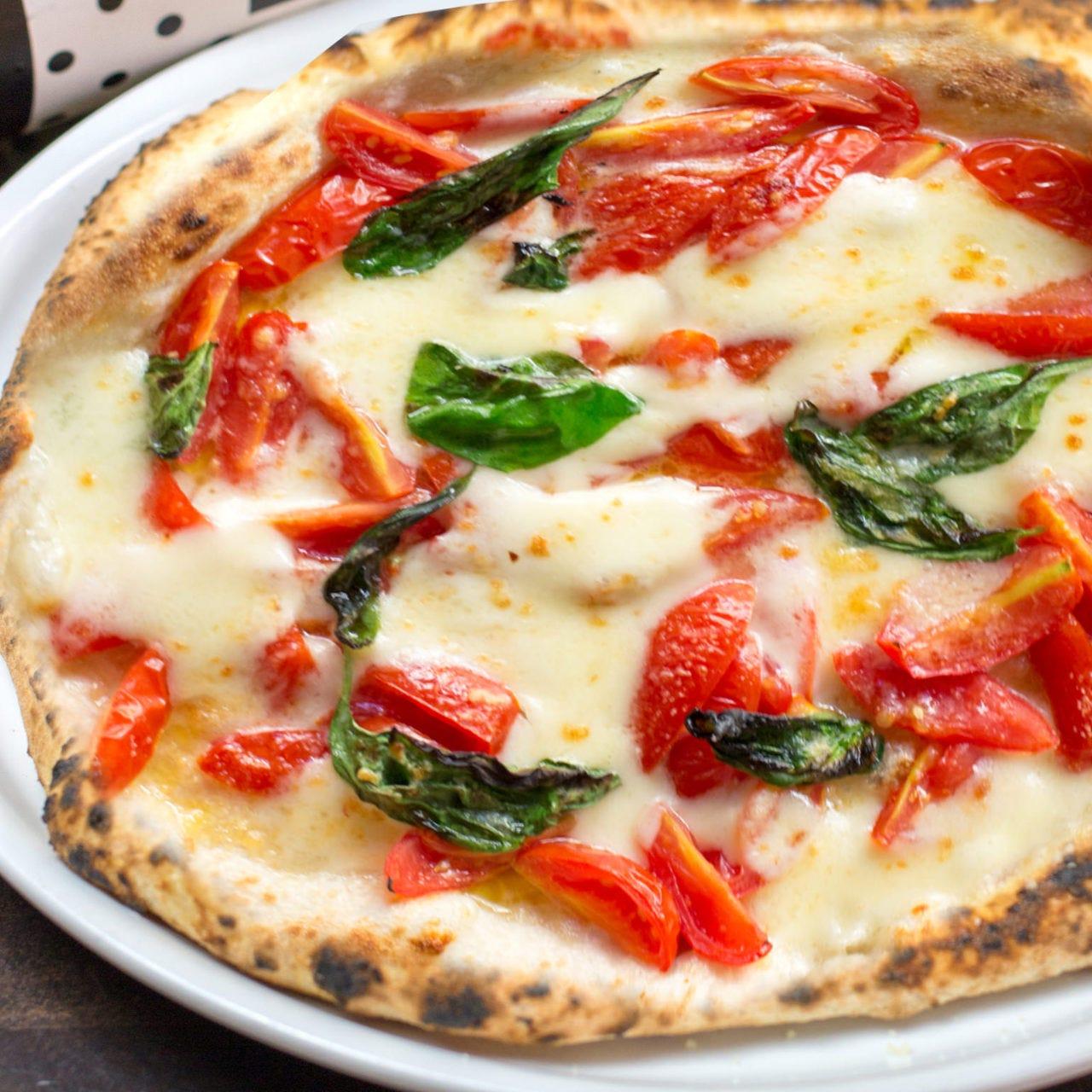 店内の石窯で焼き上げるピッツァは全7種。テイクアウトもOK!