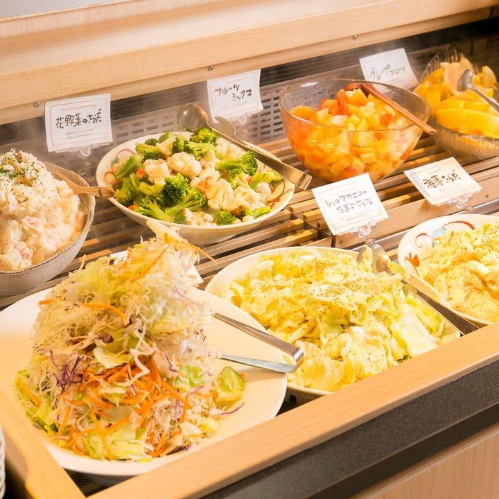 色とりどりの新鮮サラダに パスタやお惣菜も!