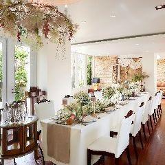 ガーデンを眺めながら白を基調とした空間で料理を楽しめる