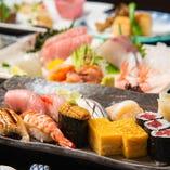 四季で替わるコースでは、自慢の鮨と造りを主役に据え、焼物、煮物、揚物が脇を固める会席をお楽しみいただけます。