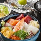 お昼から贅沢に海鮮をたっぷり。ランチセットはサラダ、味噌汁付