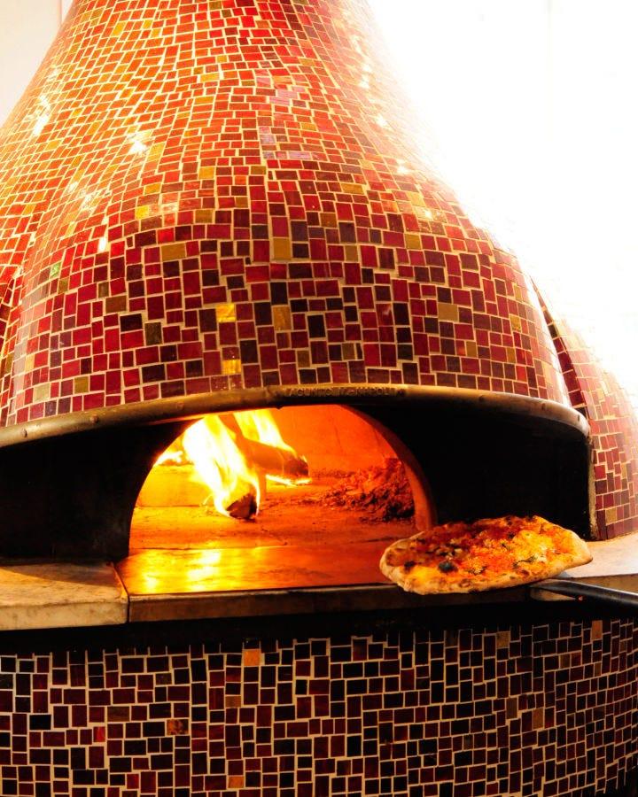 """ナポリで100年以上の歴史を誇る""""マリオ・アクント""""の釜です。"""