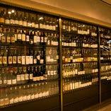 [巨大ワインセラー] ずらりと並ぶ世界各国のワインは圧巻!