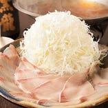 昆布、鰹、鯖、で丁寧に引いた出汁で仕立てた絶品鍋。