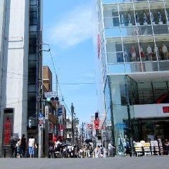 大きな交差点をそのまま直進し 吉祥寺ユニクロと、大和証券の間 おしゃれ街道である 中道通り(なかみちどおり)へ入ります。