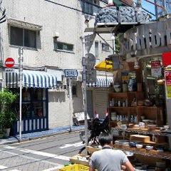 中道通り入って3本目の角を右折し 西三条通りに入ります。 青と白のシマシマの雑貨屋さんが目印。