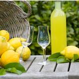 食後にリモンチェッロはいかが?化学肥料や添加物など一切使わないレモンで造られたレモンのお酒、リモンチェッロ。ストレートやソーダ割りなどでお召し上がりくださいませ。