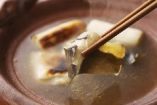 昭和の面影漂う温もりある大人の空間で季節料理を堪能。