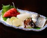 毎日、築地市場に出向いて、近海物の新鮮な魚介を厳選する。