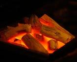 焼物は、炎が出ない紀州の備長炭でじっくり焼き上げる。