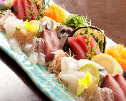新鮮な鮮魚で提供するお刺身 盛り合わせは、大人気の一品!