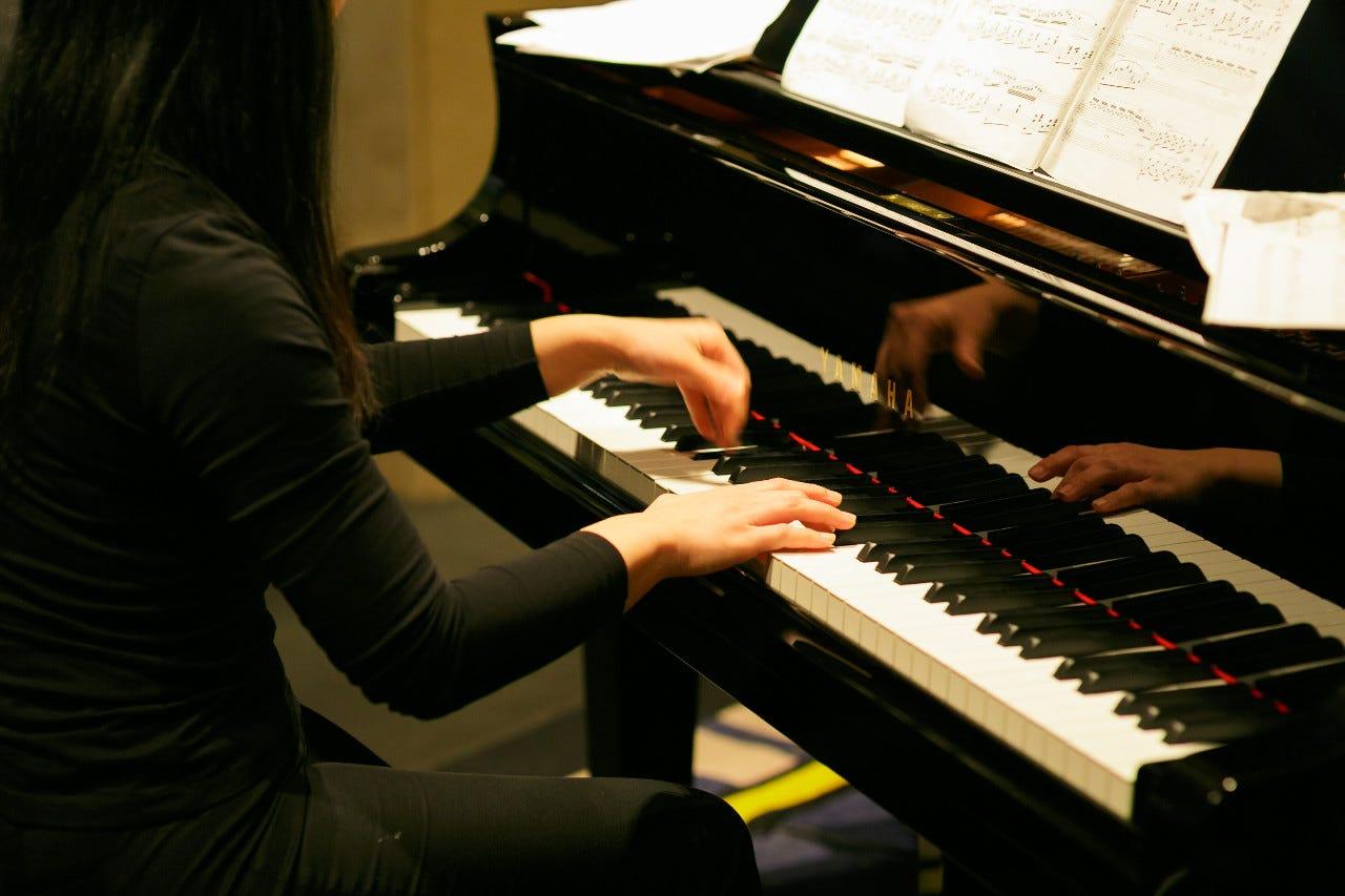 グランドピアノが奏でる音のラウンジ