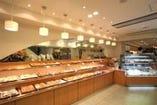 焼きたてのパンが食べられるコーヒーサロンは別館1・2階!