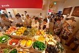 新鮮野菜や淡路島のお土産も購入できるマルシェもあります。