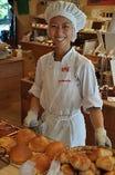 パンはすべてのじまスコーラ内のベーカリーで手作りです。