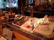 カウンターに並ぶ新鮮食材