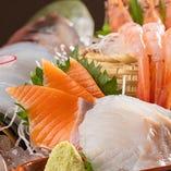 隠岐の「白いか姿造り」など、旬の鮮魚刺身を日替わりで提供
