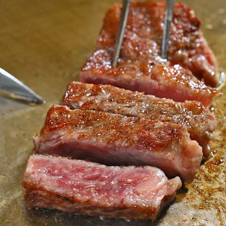 華麗な手捌きで焼き上げるステーキはジュワッとジューシー