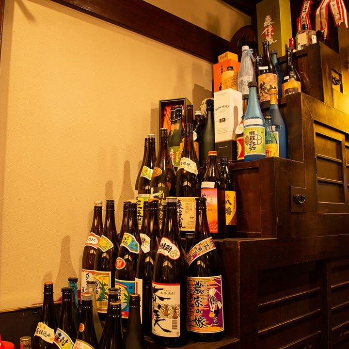 店内には全国から集めた日本酒と焼酎のボトルがずらり